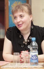 """Оксана Хващевская с книгой""""Не любовь""""."""